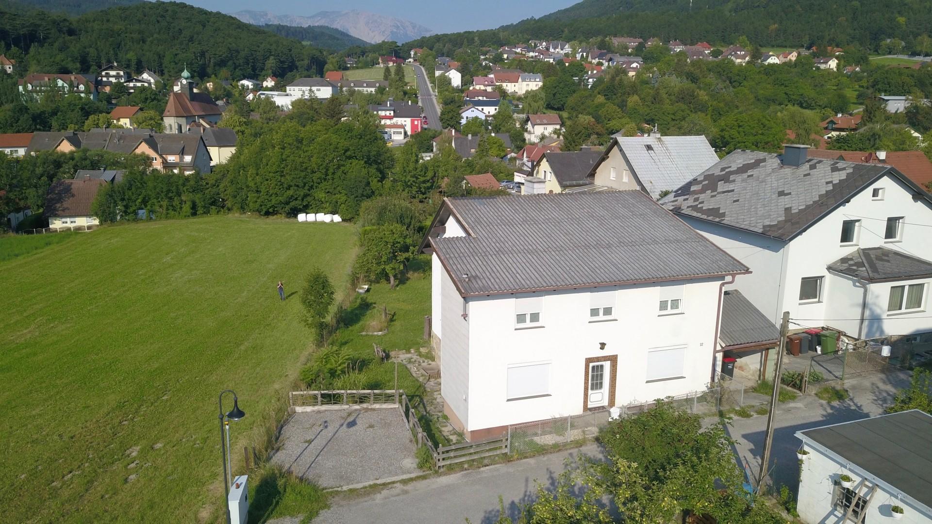 Haus mit kleinem Garten in ruhiger Siedlung